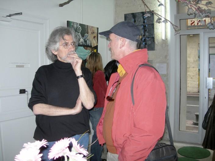 Daniel Aoudia, rédacteur-concepteur, à gauche, converse avec Vautrin