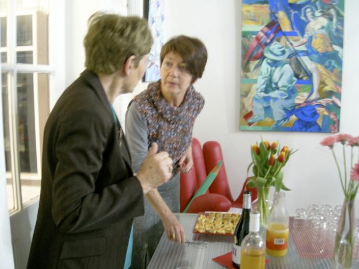 Claudie Noël, compagne du galeriste, prépare les petits fours